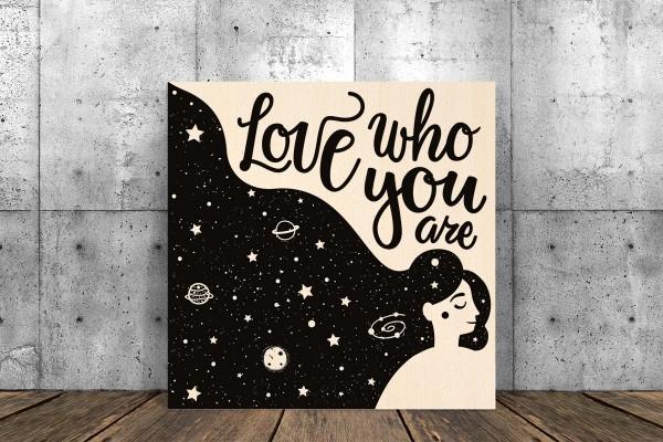Ξύλινο πόστερ LOVE WHO YOU ARE
